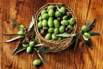 blogold-olives-on-wood-in-basket.jpg