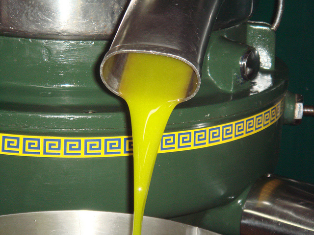 blog54-olive-oil-pressing-pouring